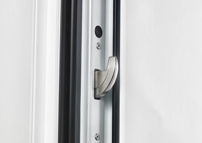 Sicherheits-Beschlagsystem: Bei unserem Sicherheitskonzept greifen mehrere Beschlagelemente zur Gewährleistung Ihrer maximalen Sicherheit ineinander. Neben der VSG-Verglasung ist jede perfecta Haustüre mit einem 3-fach-Riegelhakenschloss, einer 2-fach-Bolzensicherung sowie drei Sicherheitsbändern auf der Bandseite ausgestattet.